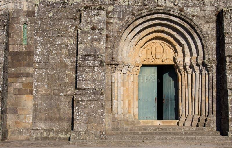Open deur naar een oude steenkerk Archway naar middeleeuwse kathedraal Romaanse architectuur Religie en geloof royalty-vrije stock foto