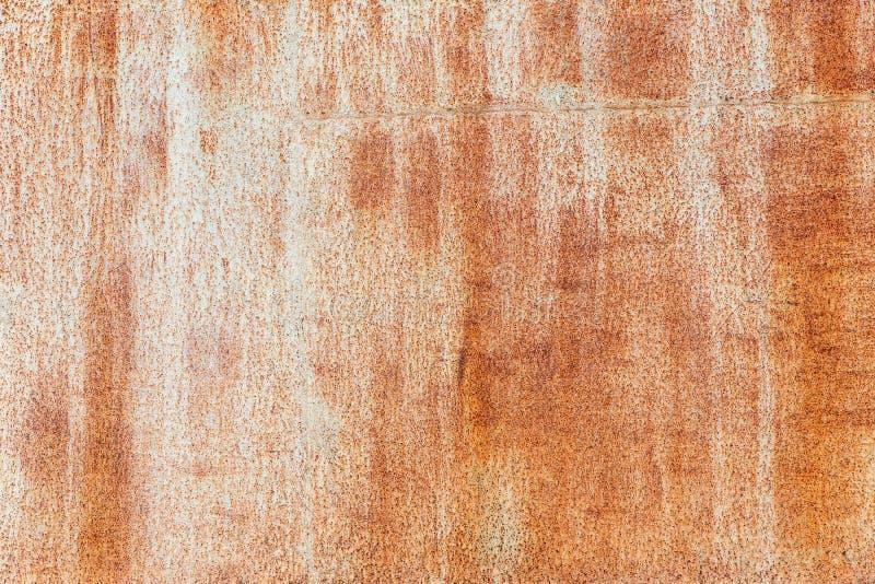 生锈背景 旧的锈金属板 车库的锈墙带条浅棕色 布朗格朗基纹理 免版税库存照片
