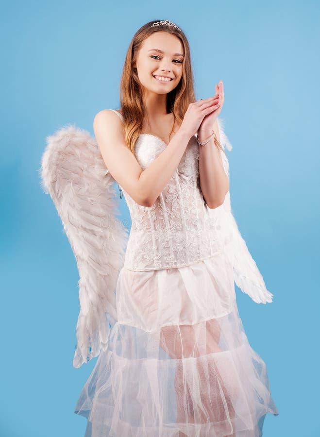 Nettes Mädchen des Amors mit Flügel Romantisches Porträt eines sinnlichen Engelsmädchens Grunge Papierhintergrund Reizendes M?dch stockbild
