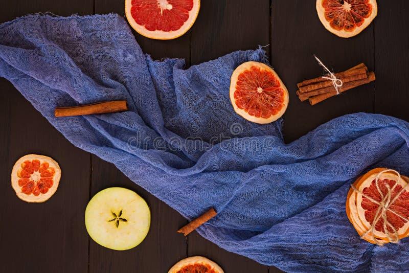 Apple, grapefruit en kaneel op houten achtergrond Ingrediënt voor hete overwogen wijn Hoogste mening royalty-vrije stock foto