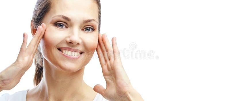 E r isolerad white f?r cosmetic kr?m applicera genomskinlig fernissa f?r omsorgshud elegant flicka fotografering för bildbyråer