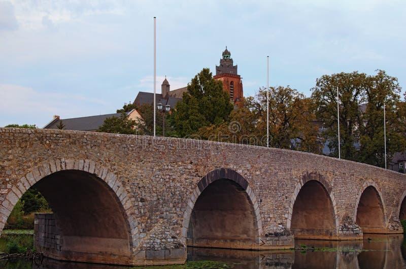 Zdjęcie zbliżeniowe z Old Lanh Bridge w Wetzlar Park miejski i katedra Wetzlar w tle Zdjęcie z jesieni fotografia stock