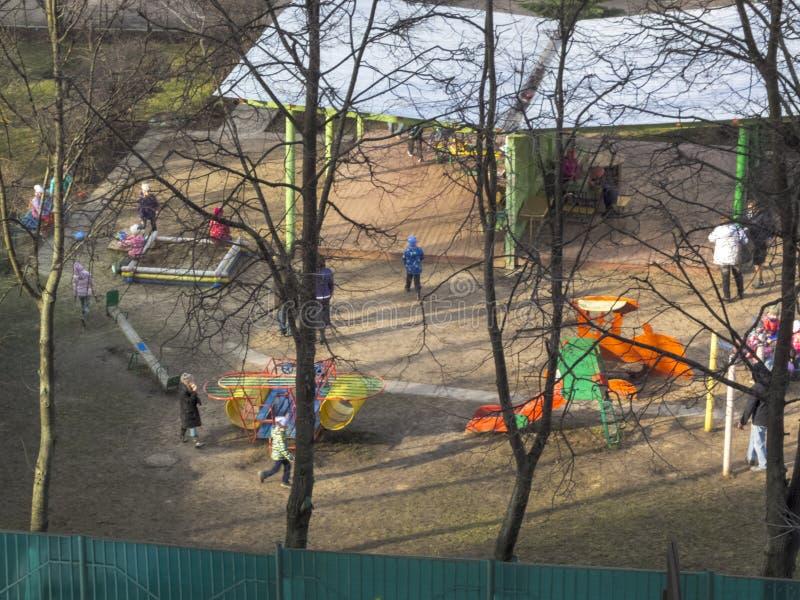 E Ο ήλιος λάμπει Τα παιδιά παίζουν στο ναυπηγείο kindergarten στοκ εικόνα