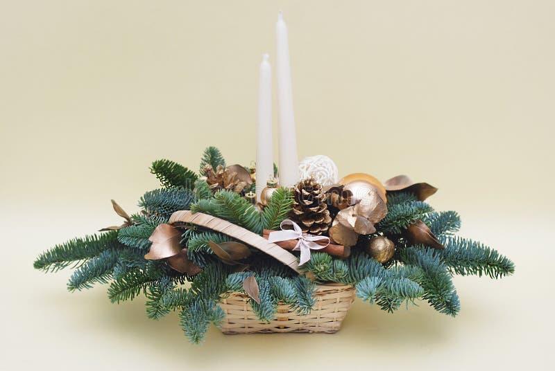 Juldekoration som dekorerats med balsamer och ljus Vinterbakgrund med brandgrenar och ornament Kopiera arkivfoton