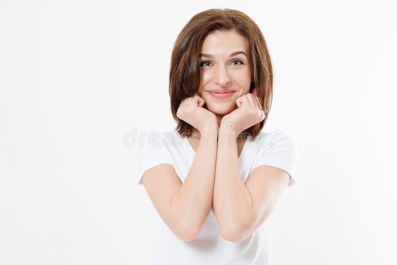 Överraskad, upphetsad, kaukasisk kvinna som står isolerad på vit bakgrund Ung flicka på sommaren t-shirt Kopiera utrymme arkivfoto