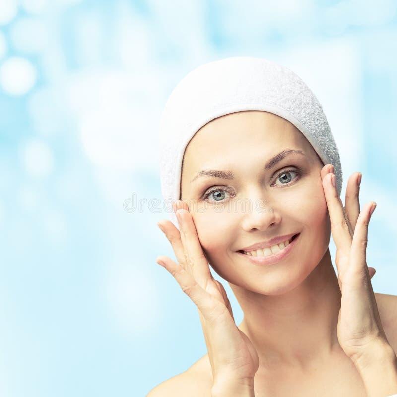 Natuurlijke schoonheidsportret met handen Cosmetologie, volwassen vrouw Cosmetische crème Huidverzorging Elegant meisje royalty-vrije stock foto's