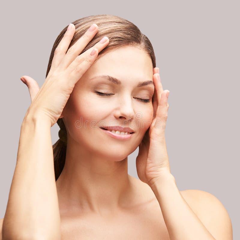 Natuurlijke schoonheidsportret met handen Cosmetologie, volwassen vrouw Cosmetische crème Huidverzorging Elegant meisje stock foto