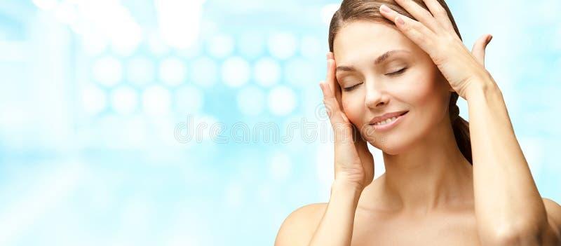 Natuurlijke schoonheidsportret met handen Cosmetologie, volwassen vrouw Cosmetische crème Huidverzorging Elegant meisje royalty-vrije stock fotografie