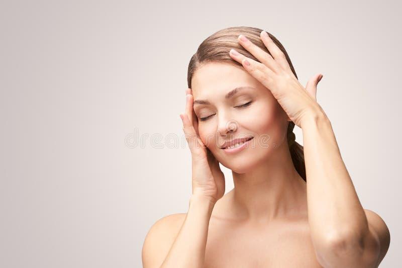 Natuurlijke schoonheidsportret met handen Cosmetologie, volwassen vrouw Cosmetische crème Huidverzorging Elegant meisje stock foto's
