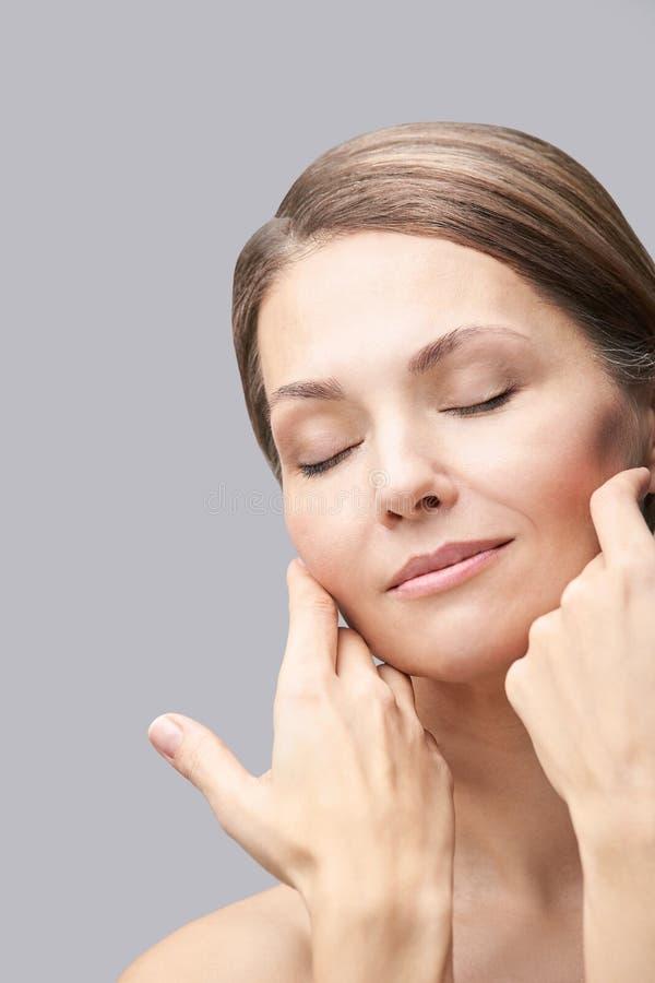 Natuurlijke schoonheidsportret met handen Cosmetologie, volwassen vrouw Cosmetische crème Huidverzorging Elegant meisje stock fotografie