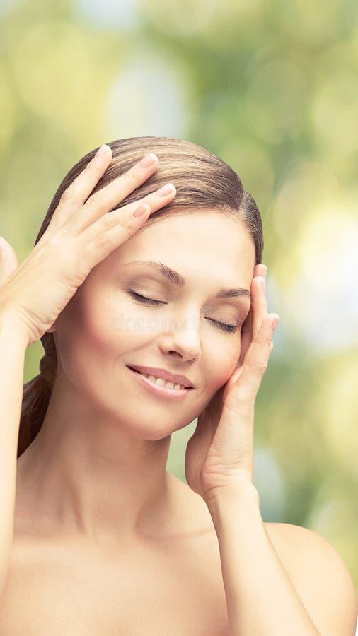 Natuurlijke schoonheidsportret met handen Cosmetologie, volwassen vrouw Cosmetische crème Huidverzorging Elegant meisje royalty-vrije stock afbeeldingen