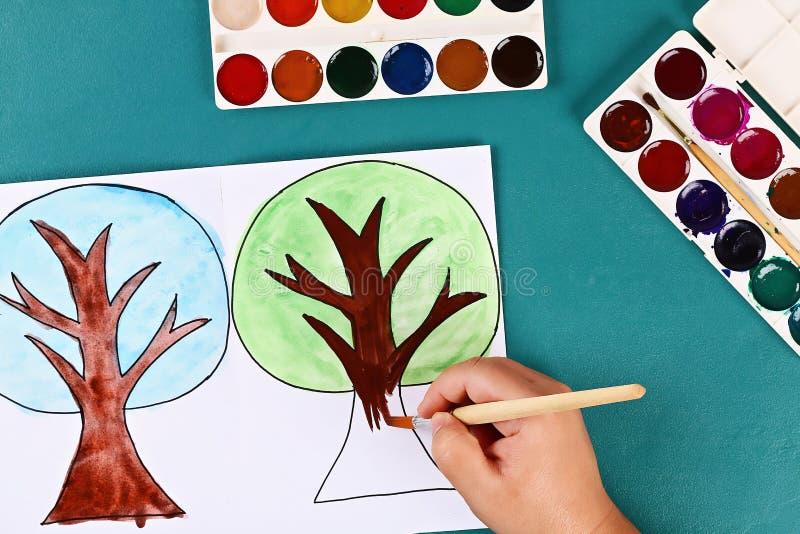 Arbre de papier mort quatre saisons été, automne, hiver, printemps Saison 4 de l'arbre La créativité des enfants photo libre de droits