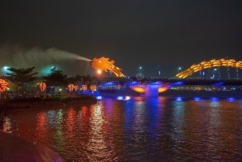 Dragon bridge i Da Nang, Vietnam, på natten Dragningen blåste upp heta eld ur munnen En berömd attraktion i Da Nang fotografering för bildbyråer