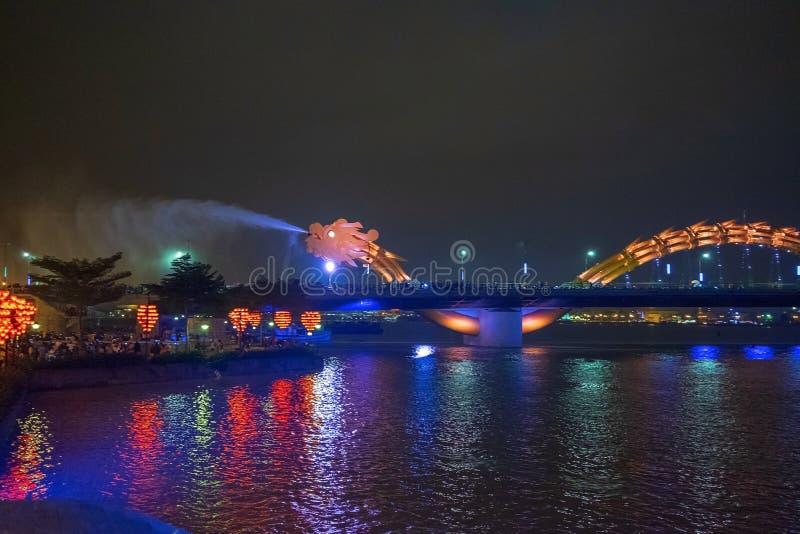 Dragon bridge i Da Nang, Vietnam, på natten Dragningen blåste upp heta eld ur munnen En berömd attraktion i Da Nang arkivbild