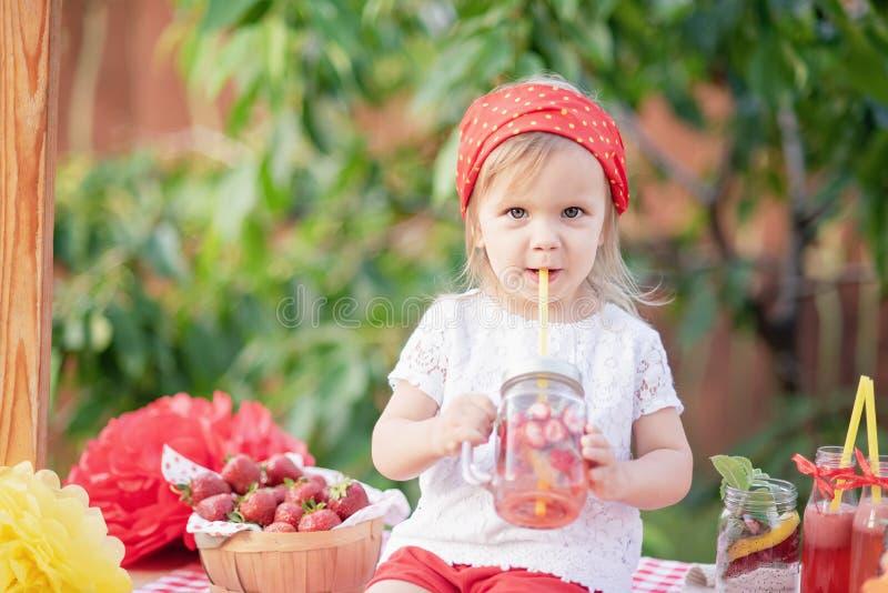 Jordgubben och mintkaramellen ingav detoxvatten jordgubbelemonad med is och mintkaramellen som den förnyande drinken för sommar i royaltyfria foton