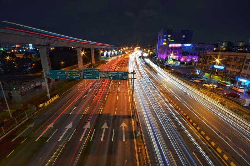 Een lichtspoor van IOI Puchong Jaya LRT Station in puchong Selangor Maleisië Foto genomen op 30 oktober 2018 royalty-vrije stock foto's