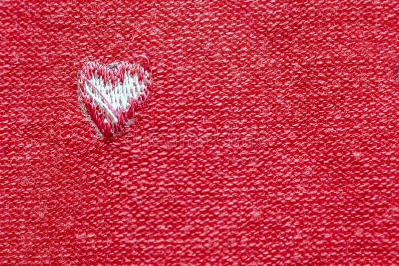 Ett vitt hjärta på Röda ryggraden Fabriksduk i vyn Insida ut Happy Valentine's Day and Love Concept Romantiskt kort. royaltyfri bild