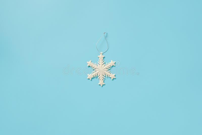 Branca de decoração de Natal com brinquedo em floco de neve sobre fundo azul com espaço para cópia Conceito Feliz Natal ou Feliz  imagem de stock
