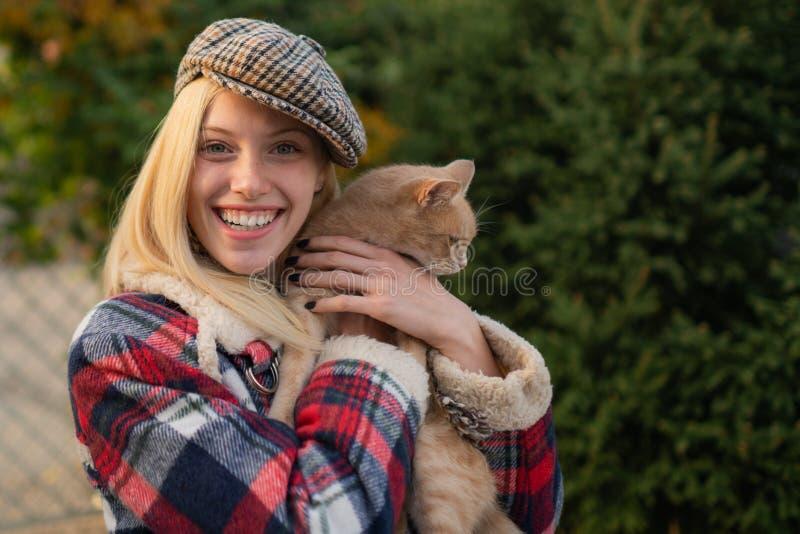 可爱的金发女时尚 享受秋季 秋天来了 时尚潮流 戴帽子的漂亮女人 美女 女 库存照片