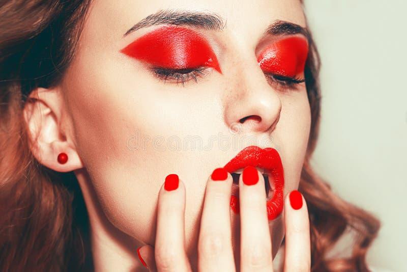 Красивый портрет сексуальных женщин с гламурной макияжкой Красные губы, красные глаза, почки лицо модели моды красоты Управляемая стоковое изображение rf