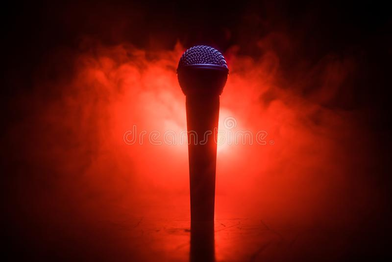 麦克风卡拉OK,音乐会 低光背景模糊的声带麦克风 现场音乐、音频设备 卡拉OK音乐会, 免版税库存图片