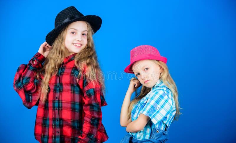 Expressando quem são de dentro Pequenas irmãs com um visual de moda adorável Modelos de moda pequenos e bonitos fotos de stock royalty free