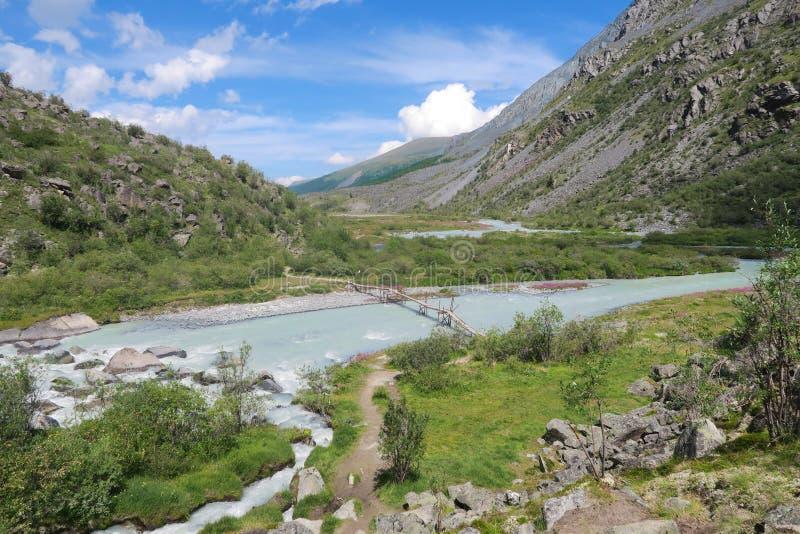 Pont sur la rivière Akkem Parc national de la montagne de Belukha Montagnes de l'Altaï, Russie images libres de droits