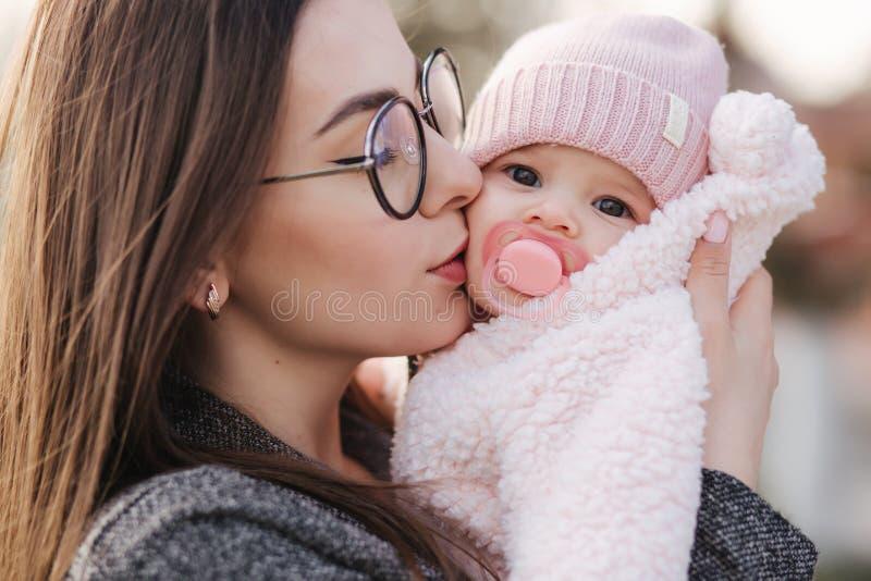 """Πορτρέτο της μητέρας και Ï""""Î¿Ï… μικρού κοριτσιού της. Όμορφη μαμά και χαρι στοκ εικόνες με δικαίωμα ελεύθερης χρήσης"""