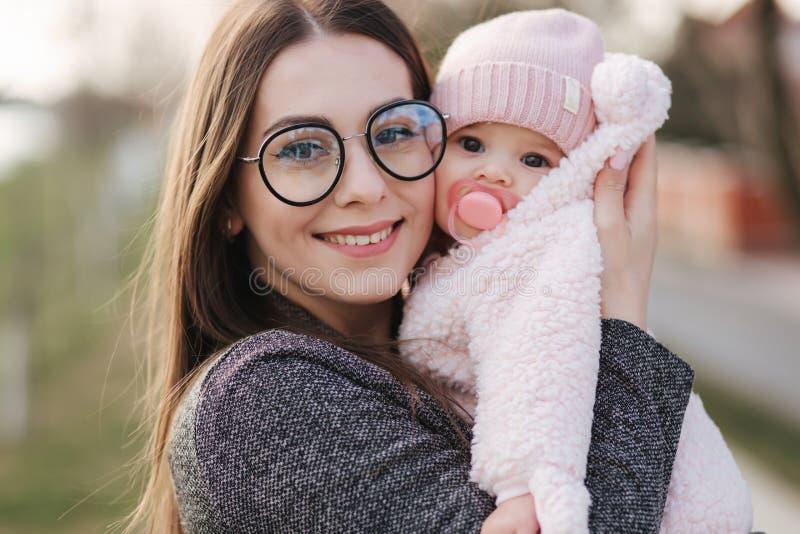 """Πορτρέτο της μητέρας και Ï""""Î¿Ï… μικρού κοριτσιού της. Όμορφη μαμά και χαρι στοκ εικόνα με δικαίωμα ελεύθερης χρήσης"""