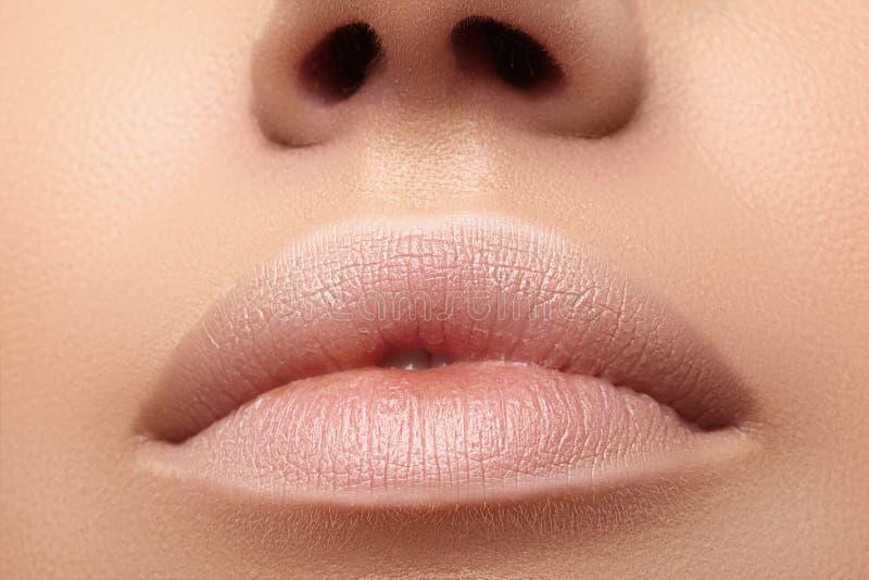 Lune humide, rouge à lèvres. Fermer de belles lèvres. Lèvres pleines avec maquillage naturel. Injections de remplissage, chiru photographie stock libre de droits