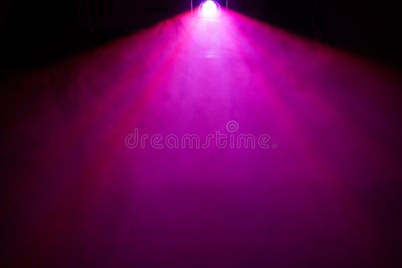 夜间影视用光束优美的紫色宽镜投影机 烟雾纹 影响 免版税库存图片