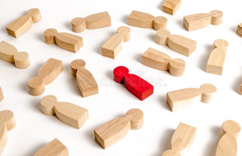Röd mänsklig person bland många andra människor Sökbegrepp för anställda, rekrytering och personalhantering Nollinfektion En begå arkivfoton