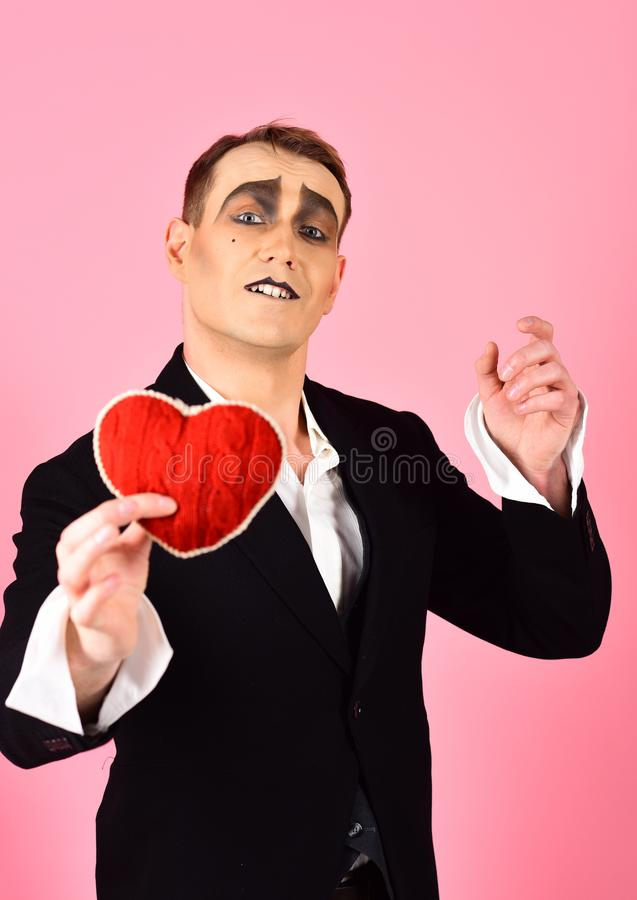 Jugar al amor. Hombre del corazón rojo para el día de San Valentín. Confesión de amor en el día de San Valentín. Mime actor  imagen de archivo libre de regalías