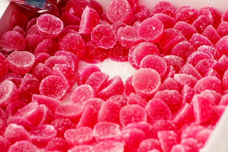 Viele gelatine süße Erdbeeren Obstbonbons Gelee Pile von bunten Süßwaren für Kinder stockbild