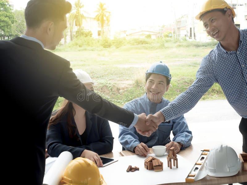 ฺBusinessmen architects shaking hands architect met in the office to discuss business projects Successful young people in the 库存图片