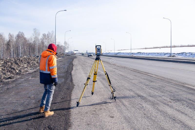Russie Kemerovo 2019-03-15 Matériel d'arpenteur des terres et de la construction Geodesist contrôle le total robotique de la stat image stock