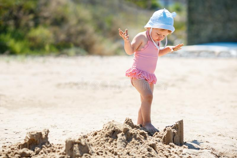 Παιδί που παίζει στην τροπική παραλία Μικρό κορίτσι σκάβει άμμο στη θάλασσα Ταξίδια με μικρά παιδιά στοκ εικόνες με δικαίωμα ελεύθερης χρήσης