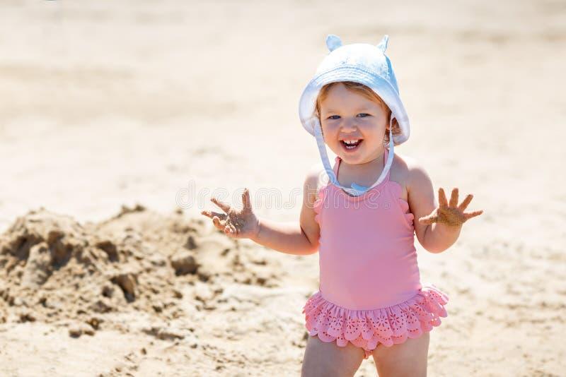 Παιδί που παίζει στην τροπική παραλία Μικρό κορίτσι σκάβει άμμο στη θάλασσα Ταξίδια με μικρά παιδιά στοκ φωτογραφία με δικαίωμα ελεύθερης χρήσης