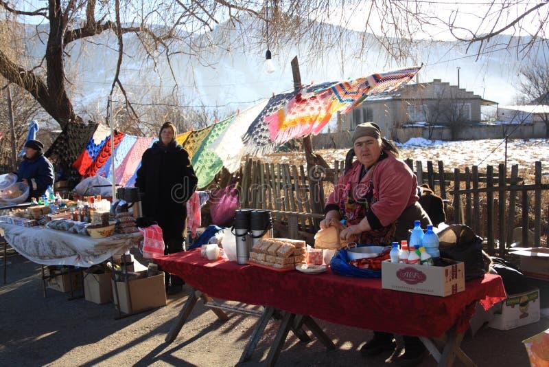 Dombay, in de Republiek Karachay-Cherkess, Rusland - Jan 01.2013 Binnenlandse markt in berggebieden in de winter stock afbeelding