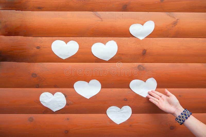 从自然树的心形 由木小心脏的可爱的心形在土气木桌上 r 免版税库存图片