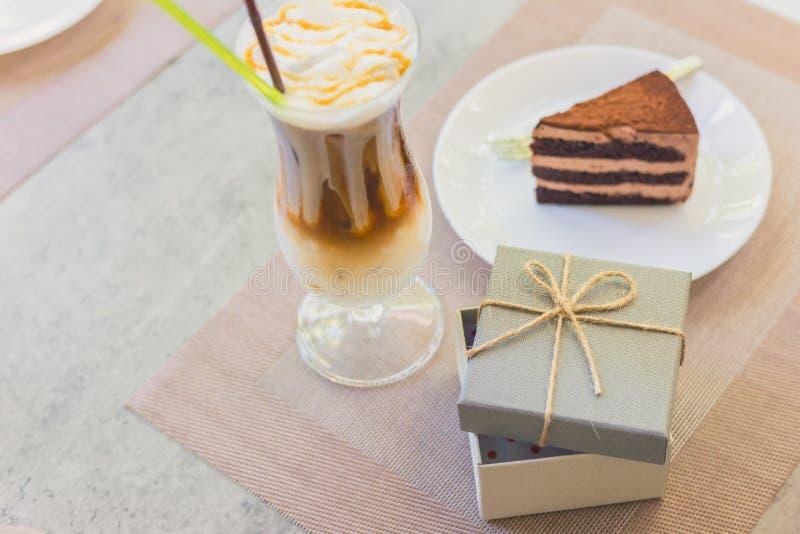 Ouvrir une boîte de cadeau vide près de Cake on dish or milk tea ils sont sur la table Un cadeau en vacances photos stock