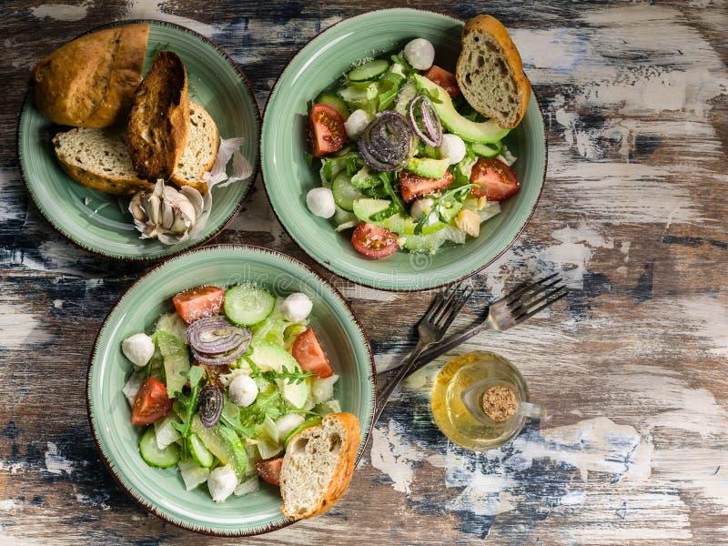 Ιταλική σαλάτα λαχανικών με αβοκάντο, ντομάτες κεράσι, τυρί arugula και mozzarella Νόστιμο και υγιεινό φαγητό Μεσογειακές χώρες στοκ φωτογραφία με δικαίωμα ελεύθερης χρήσης