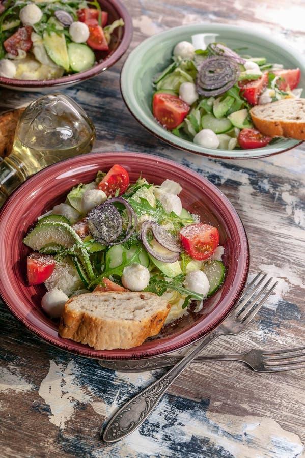 Σαλάτα λαχανικών Νοστιμότατη σαλάτα με αβοκάντο, ντομάτες κεράσι, arugula και τυρί mozzarella Νόστιμο και υγιεινό φαγητό στοκ φωτογραφίες με δικαίωμα ελεύθερης χρήσης
