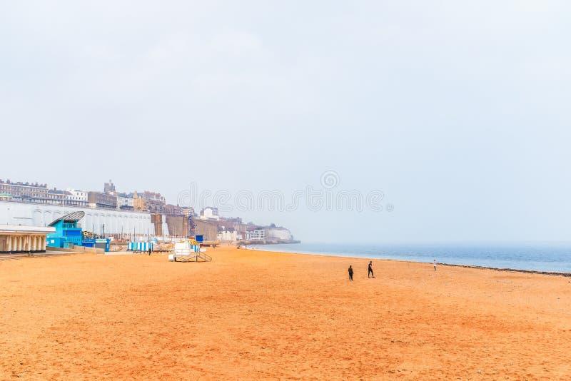 RAMSGATE, ENGLAND - APR 8 2019 Η κύρια άμμος που βρίσκεται ανατολικά του βασιλικού λιμένα Μια αμμώδης παραλία περίπου στοκ φωτογραφίες με δικαίωμα ελεύθερης χρήσης