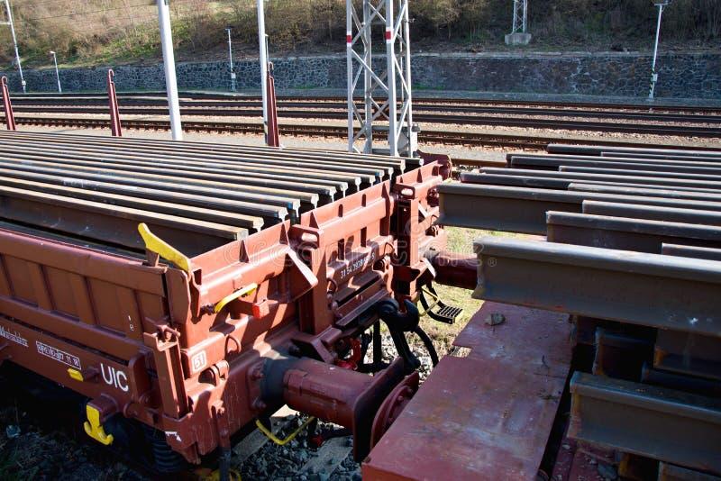Конструкция железнодорожных путей Железнодорожная инфраструктура Протаскивайте автомобиль нагруженный с рельсами Рельсы на фуре г стоковое изображение rf