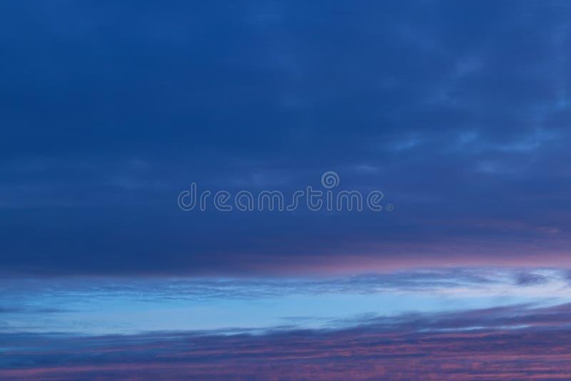 Arrière-plan bleu ciel abstrait flou Concept fantastique ou détente Galaxie et conception spatiale images stock