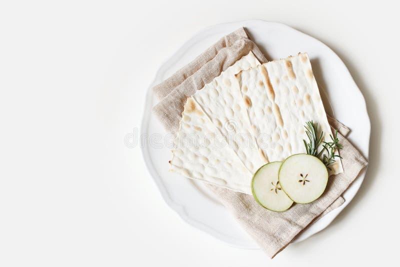 Koshers livsmedelskoncept Sedermidsammansättning Mjölkbröd, ägg, äppelfrukt och örter på porslinsplåt och linne arkivbild