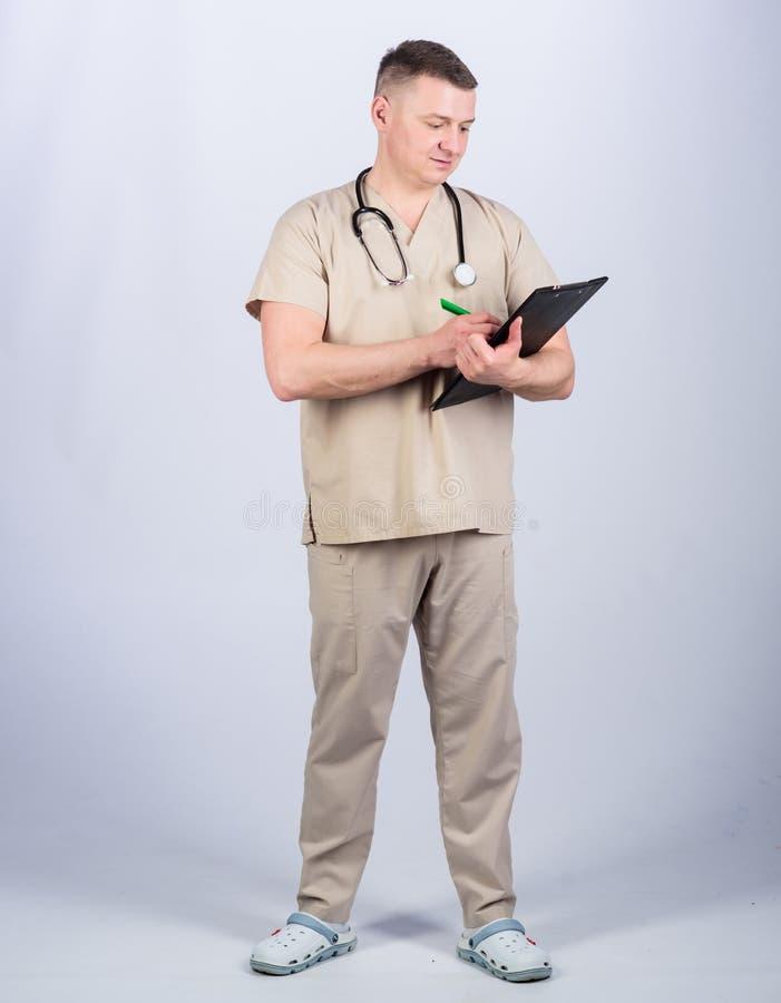 E 医疗工具 有听诊器的确信的医生 r 家庭医生 免版税库存照片
