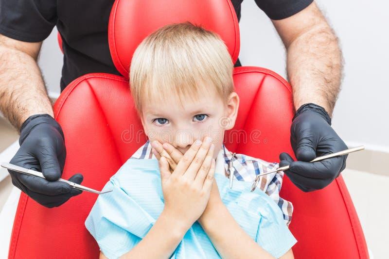 r Прием, рассмотрение пациента Забота зубов стоковые изображения