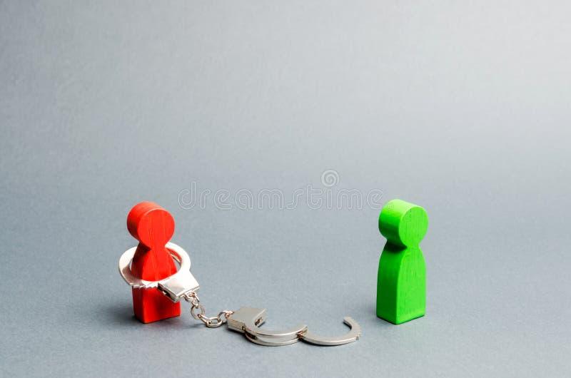 站在自由者身边的男人被手铐绑着 免除债务或有形奴役 分离或离婚 免版税库存照片